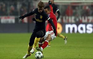 Griezmann pelando por el balón en el choque frente al Bayern