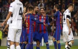 Los jugadores del Barcelona celebran uno de los goles de Arda.