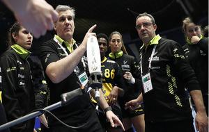 El seleccionador Jorge Dueñas da instrucciones a sus jugadoras en un...