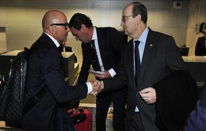 Sampaoli y Castro se saludan en el aeropuerto de Sevilla.