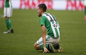 Dani Ceballos, en el suelo durante el Betis-Celta.