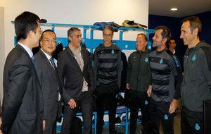 Chen Yansheng charla distendidamente en el vestuario del RCDE Stadium...