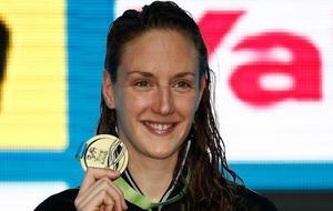 Katinka Hosszu posa con su medalla de oro en los 400 estilos