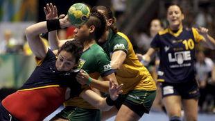 Patricia Elorza, a la izquierda, en un partido de la selección contra...