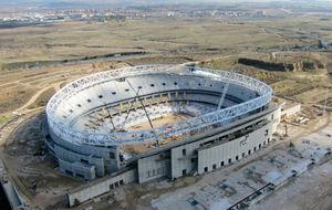 Continúan las obras de instalación de la cubierta del nuevo estadio...