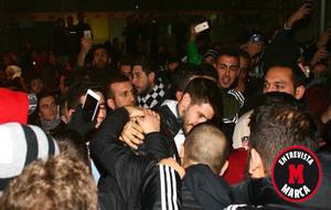 Fabricio, arropado por sus aficionados a su llegada a Estambul