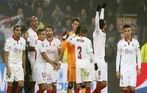Jugadores del Sevilla celebrando la clasificación