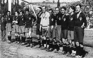 El once de España que derrotó a Inglaterra en 1929. Padrón es el...