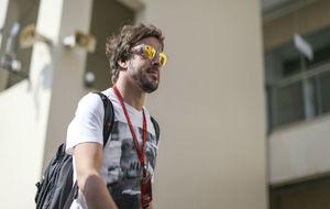 Alonso entra en el circuito de Yas Marina durante el Gran Premio de...