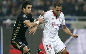 Mercado lucha por un balón con Rafael, del Lyon.