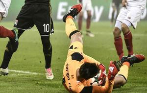 Sergio Rico ataja el balón en el partido contra el Lyon.
