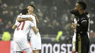 Varios jugadores del Sevilla celebran el pase logrado en Lyon.