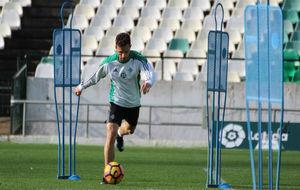 Rubén Castro conduce el balón en el entrenamiento en el Villamarín.