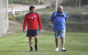 Camacho (36) camina en el entrenamiento del Huesca.