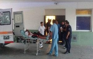 Momento en el que trasladan a Quiroz en ambulancia hacia la clínica.