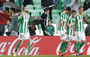 Pezzella, a la izquierda, celebra su gol al Celta el pasado domingo.