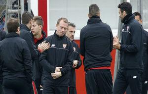 Krohn-Dehli, recibido por sus compañeros tras volver de la lesión.