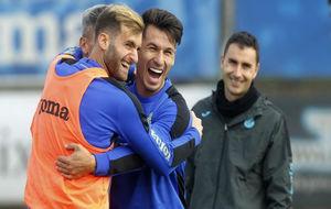 Hernán Pérez (27) se abraza con Leo Baptistao (24), durante un...