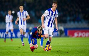 Zurutuza arrebata el balón a Leo Messi