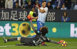 Ochoa atrapa la pelota tras un intento de regate de Juankar.
