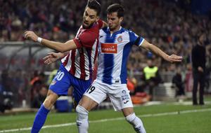 Pablo Piatti disputa un balón ante Carrasco en el Calderón