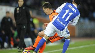 Mina pelea un balón con Carlos Vela