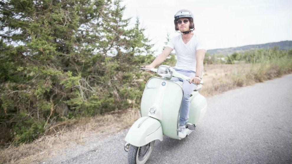 Nico Rosberg, paseando con su moto por Ibiza