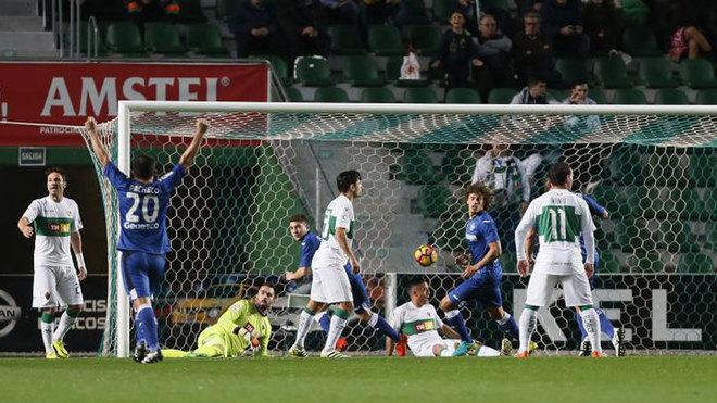 Los jugadores del Getafe celebran uno de los tantos del partido.
