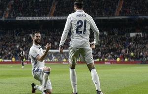 Nacho se arrodilla ante Morata en la celebración del gol