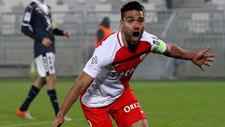 Falcao celebra uno de sus goles al Girondins.