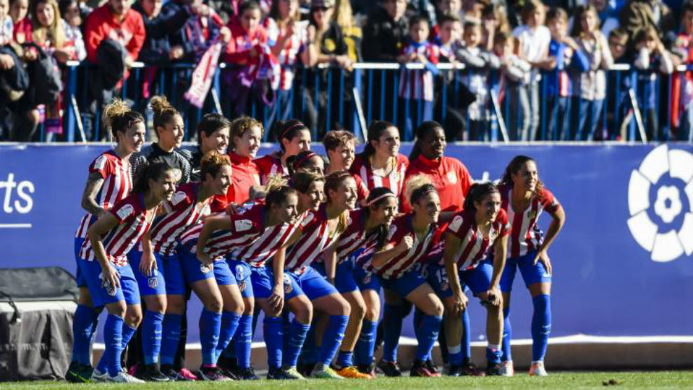 Las jugadoras del Atlético de Madrid posan antes del partido en el...
