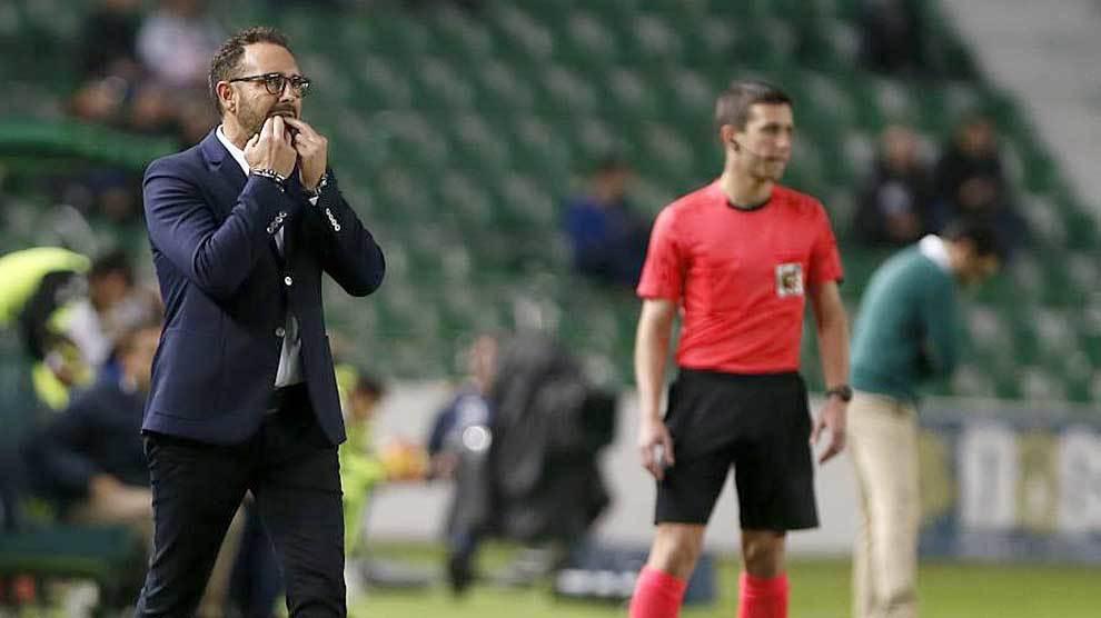 José Bordalás silva a sus jugadores durante el partido en el...