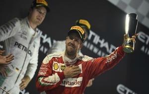 Vettel, con Rosberg al fondo.