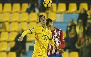 Pablo Pérez y Borja García pelean por un balón aéreo en Santo...