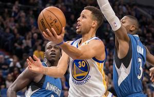 Stephen Curry tratando de anotar ante los Timberwolves