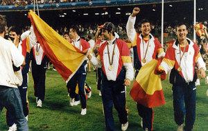 Los jugadores de la selección olímpica española celebran su medalla...