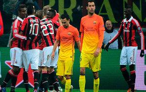 Los jugadores del Barça, cabizbajos mientras los del Milan celebran...