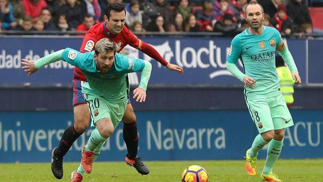 Miguel Flaño intenta robarle el balón a Leo Messi durante el...