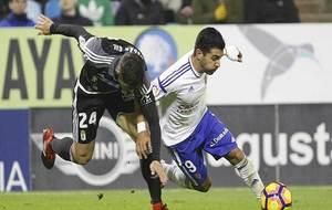 Ángel es derribado por Óscar Gil en lo que supuso el primer penalti...