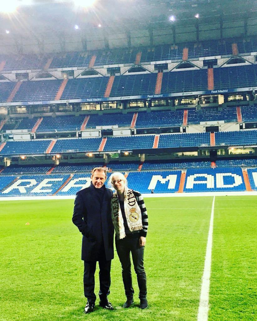 Susana Rodríguez con Emilio Butragueño en el Bernabéu