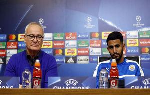 Claudio Ranieri, junto a Mahrez en una rueda de prensa de la...