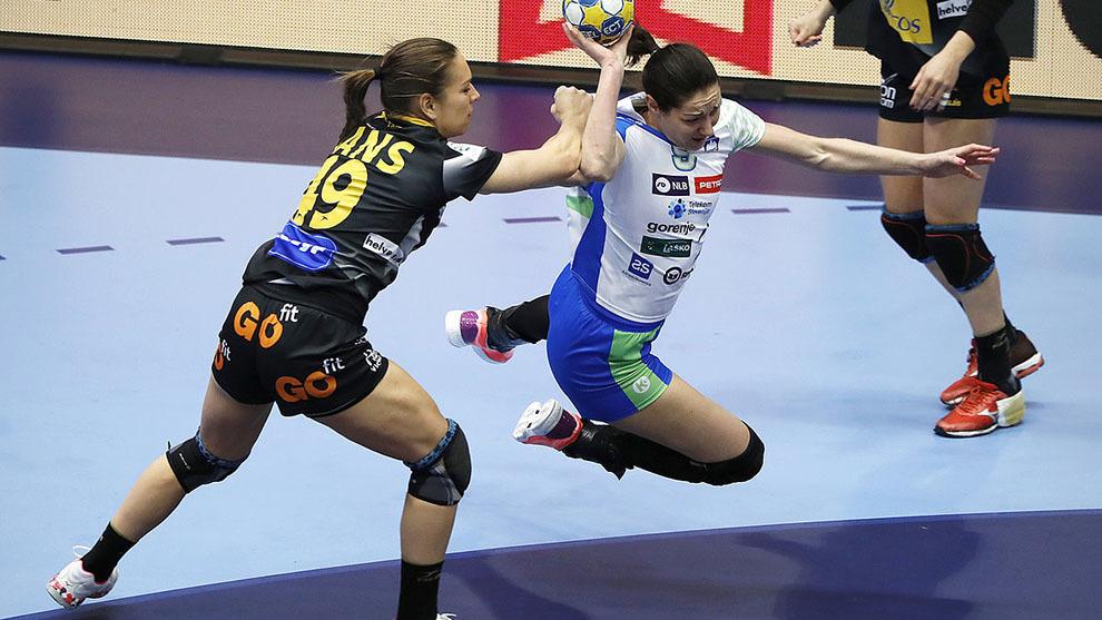 Judith Sans defiende a una jugadora eslovena en el Europeo