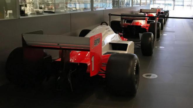 Varios monoplazas antiguos de McLaren en un pasillo de la fábrica de...