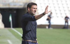 Luis Carrión, dirigiendo uno de sus primeros partidos al mando del...