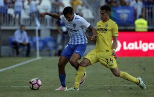 Rosales disputa el balón ante un jugador del Villarreal