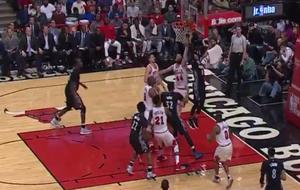 Ricky Rubio anotando a aro pasado ante los Bulls
