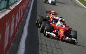 Max Verstappen tratando de adelantar a Sebastian Vettel en Bélgica