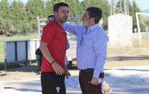 Luis Miguel Carrión, entrenador de los franjiverdes, con Carlos...