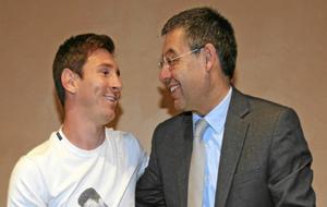 Messi y Bartomeu celebran la renovación de 2014.