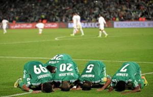 Los jugadores del Raja Casablanca celebran uno de los tantos al...